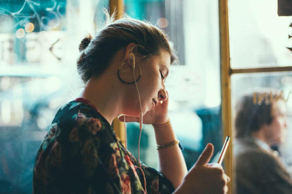 frau-hört-meditation